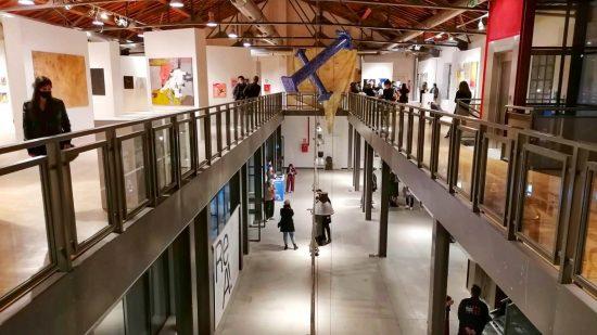 persone che visitano una mostra d'arte contemporanea